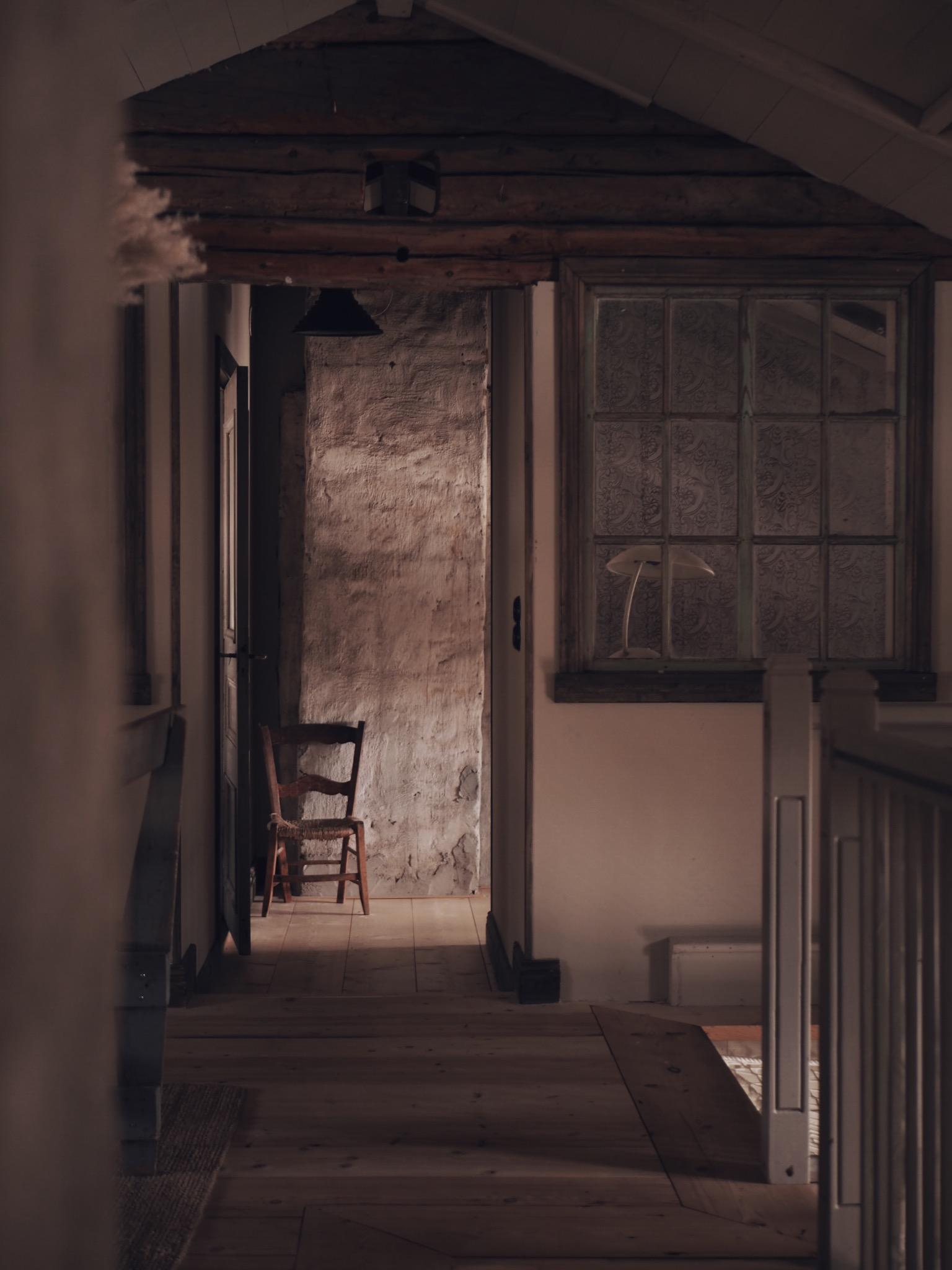 Övervåning gammalt fönster industriellt lantligt inredning