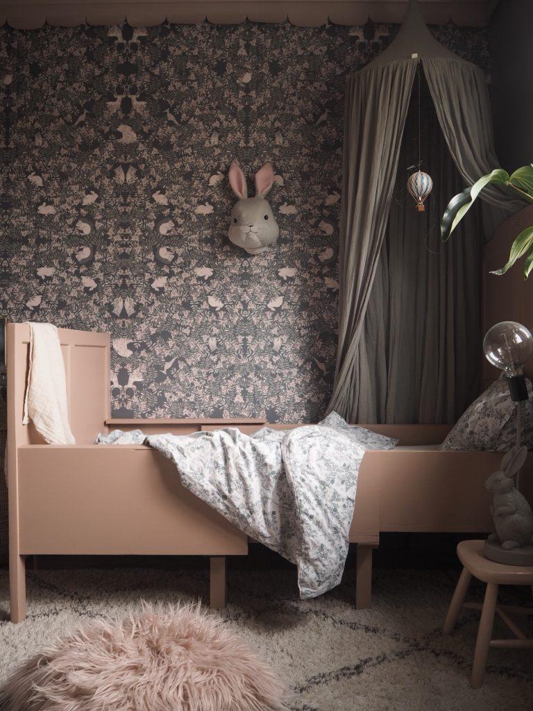 ny säng barnrum kidsroom fauna rosa säng flickrum