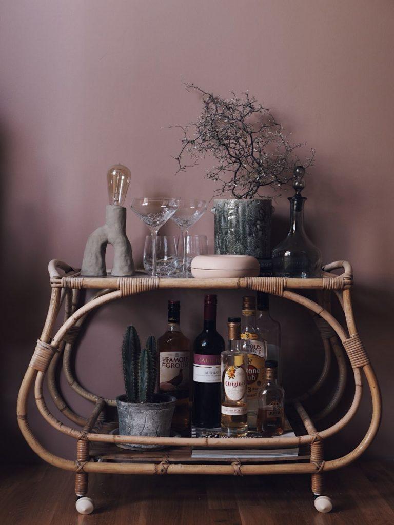vardagsrum tv-rum inredning inspiration nordsjö D2.15.55 färg rosa väggar drikvagn rotting