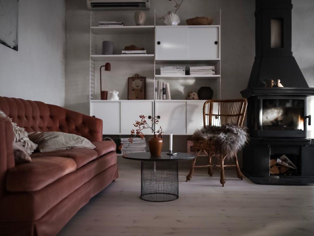 Vardagsrum makeover renovering baseco golv vitvaxad furu stringhylla styling stylst inredningsstylist diy